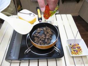 馬肉をオリーブオイルで炒めます