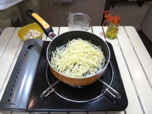 パスタをオリーブオイルで炒めます